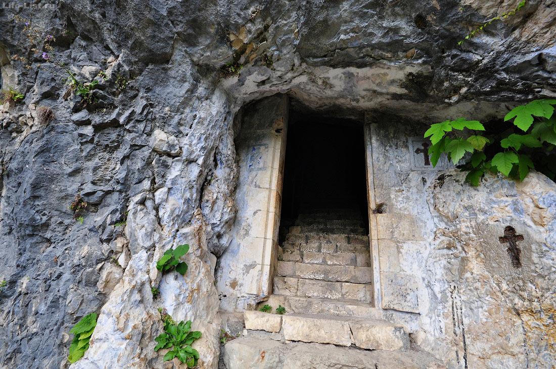 Вход в келью Симона Кананита Новый Афон