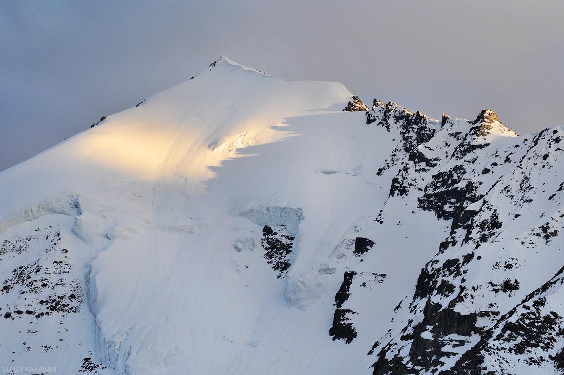 Заснеженная вершина Ак-Оюк красивое фото горный Алтай