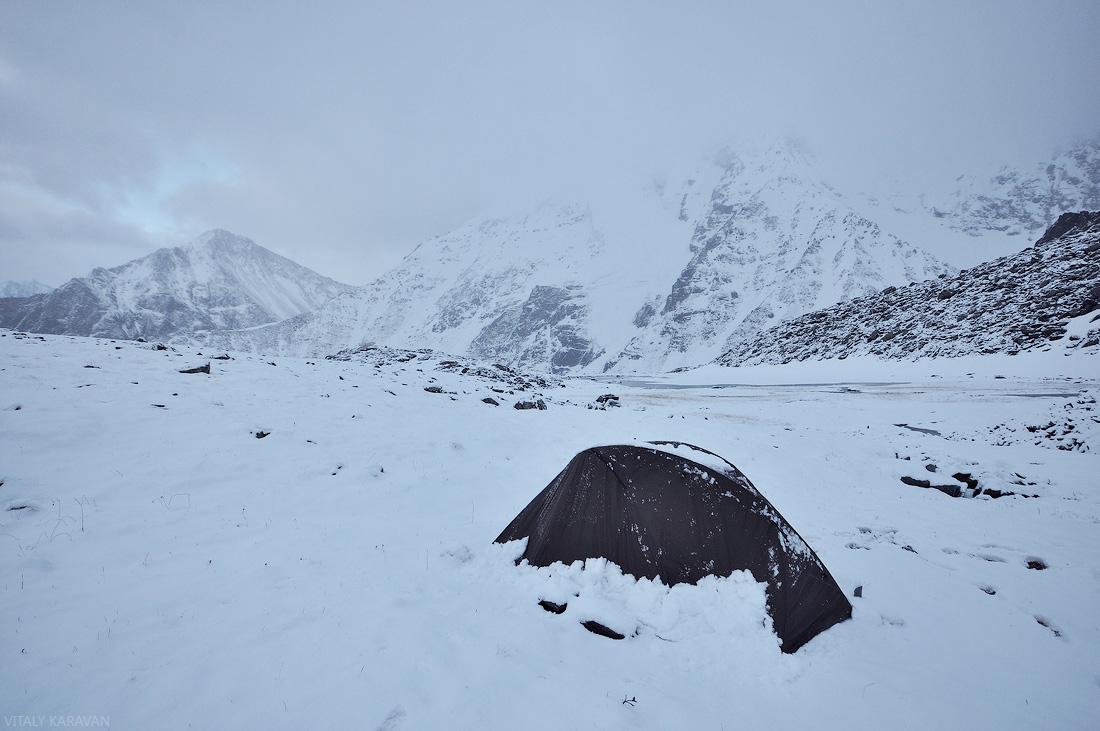 снег в долине семи озер в июле Алтай