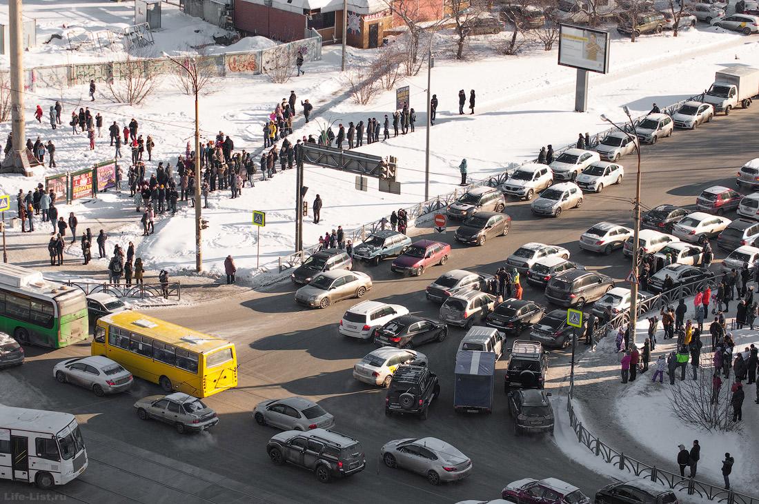 Жители екатеринбурга наблюдают снос башни