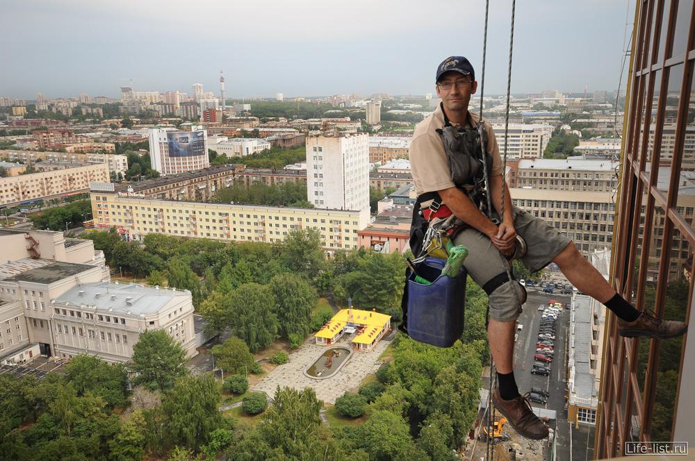 Промышленный альпинист на БЦ антей екатеринбург
