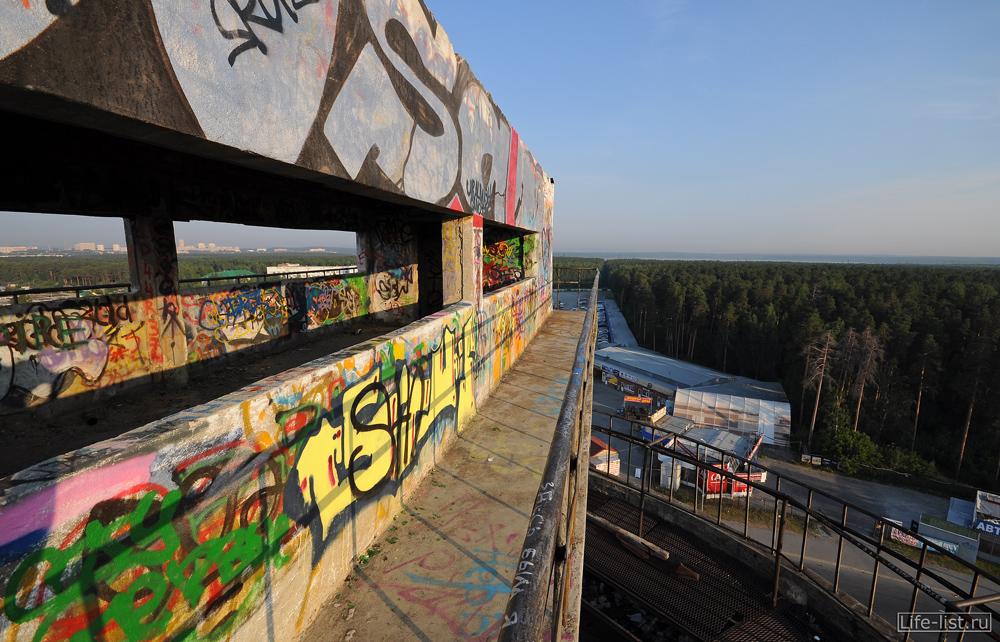 на балконе белой башни Екатеринбург