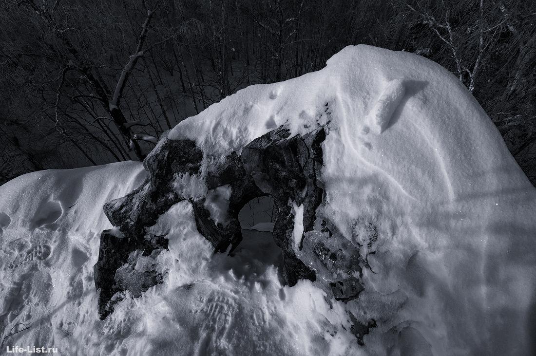 Дырка в скале Белый камень Полевской Урал