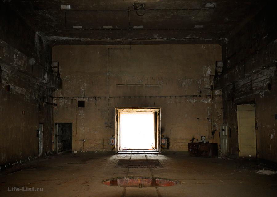 Просторный главный зал бункера с высокими потолками бункер под истоком