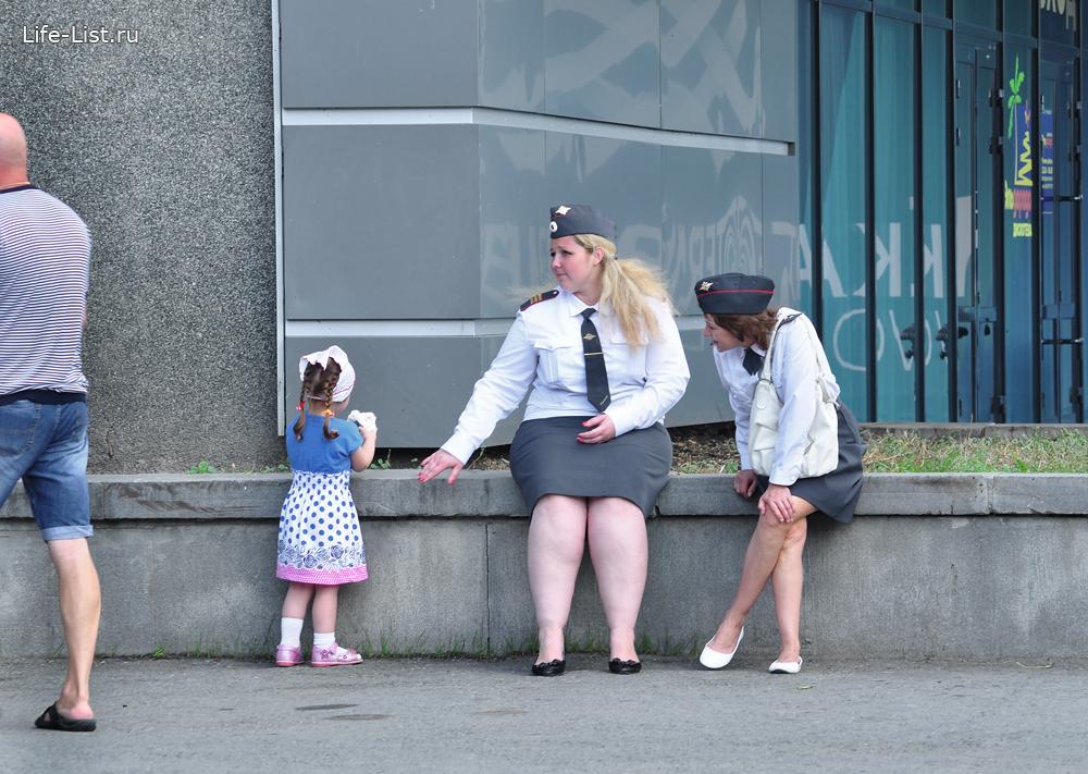 полиция и дети на дне города Екатеринбург
