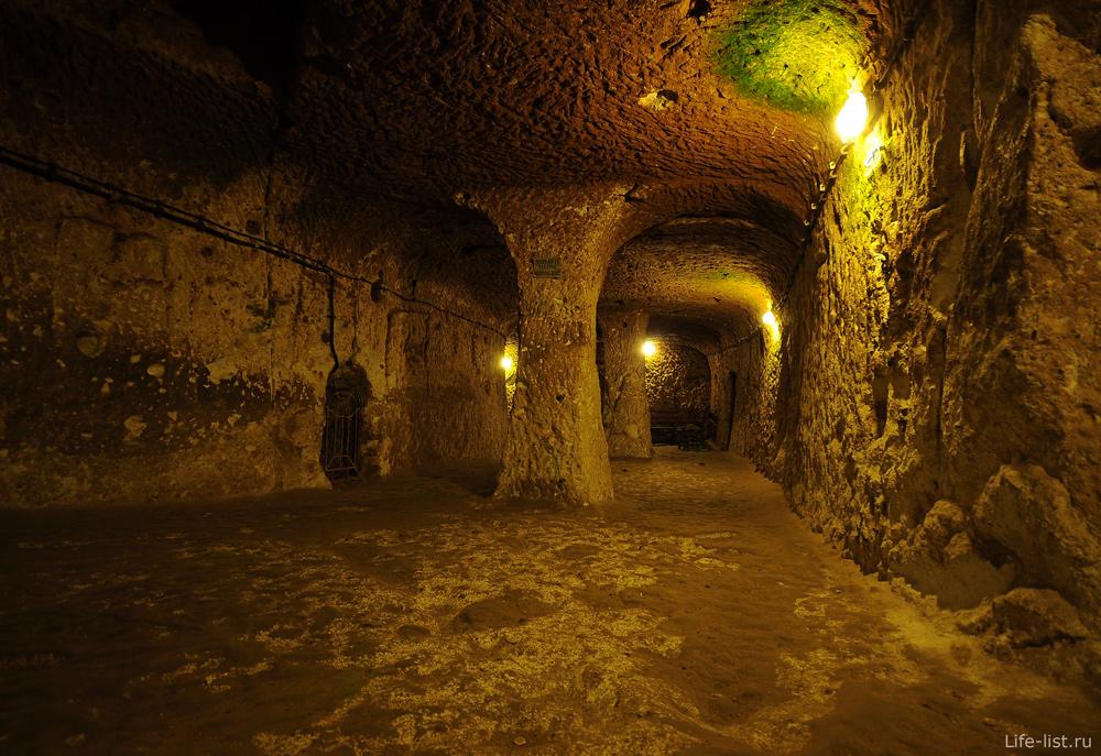 Подземный зал в городе Деринкую Турция