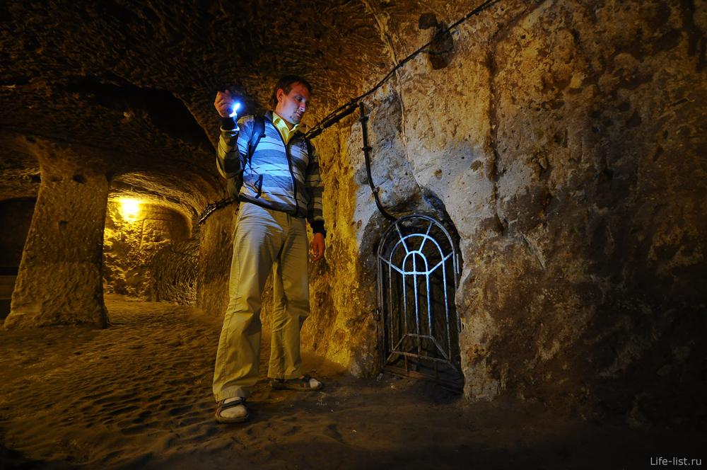 Парень решетка на входе подземного города в Каппадокии