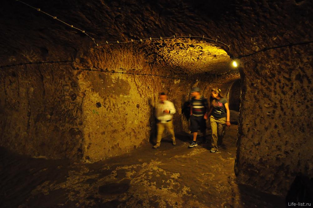 Туристы в подземном городе Каппадокии