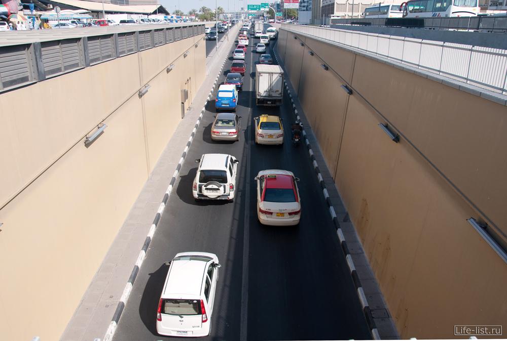 Дубай поток автомобилей в тоннеле