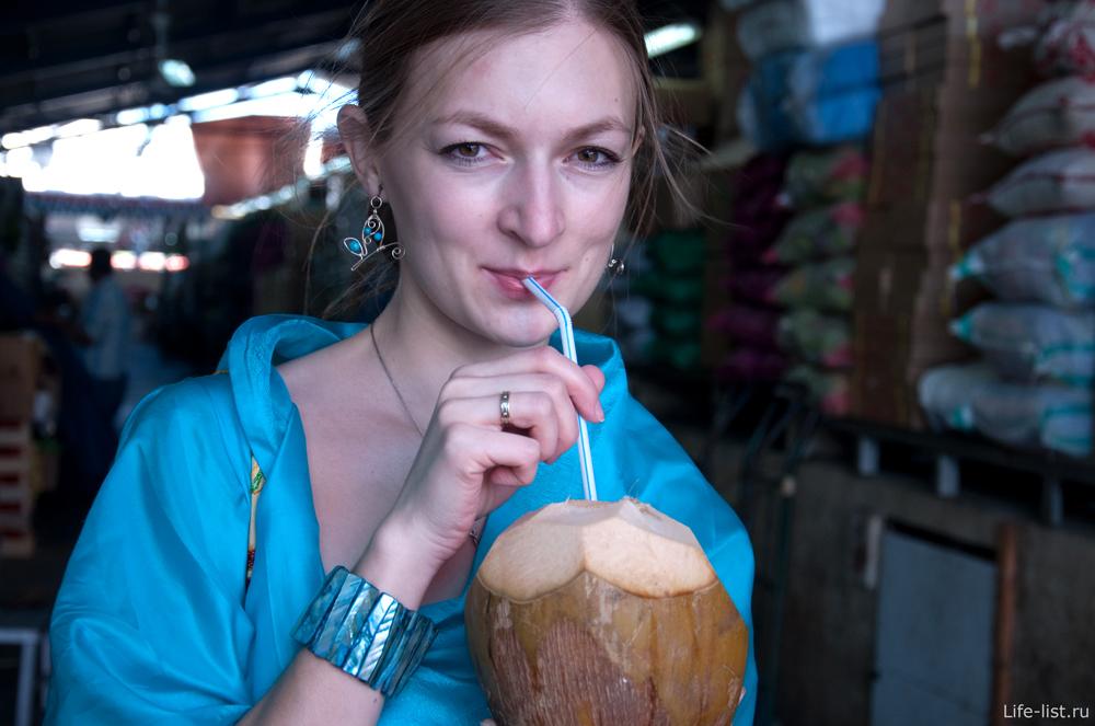 Пьем кокосовый сок