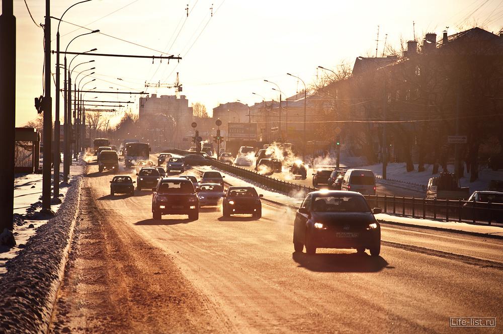 Мороз автомобили едут по дороге Екатеринбург