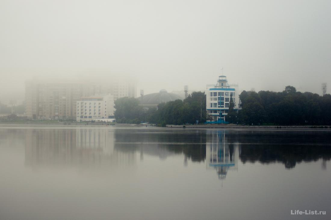 фото Vitaly Karavan красивый Екатеринбург в дымке здание Динамо