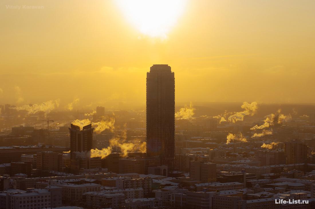 Екатеринбург с высоты небоскреб Высоцкий в лучах солнца фото Виталия Каравана