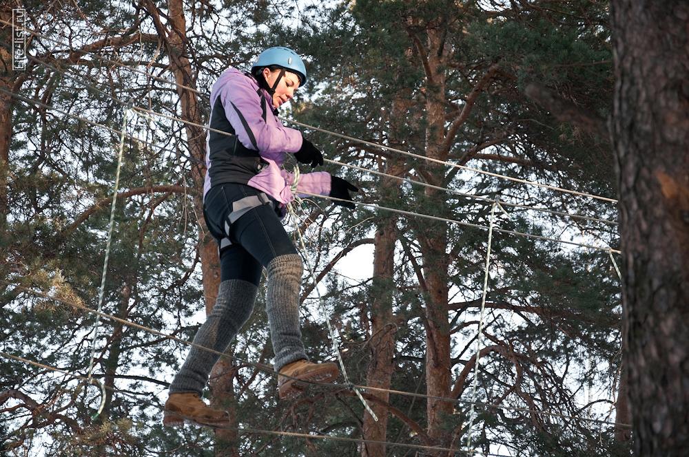 активный отдых девушка проходит веревочную трассу парк Эльф