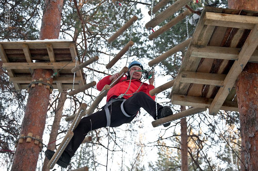 Виталий Караван проходит веревочную трассу в парке Эльф