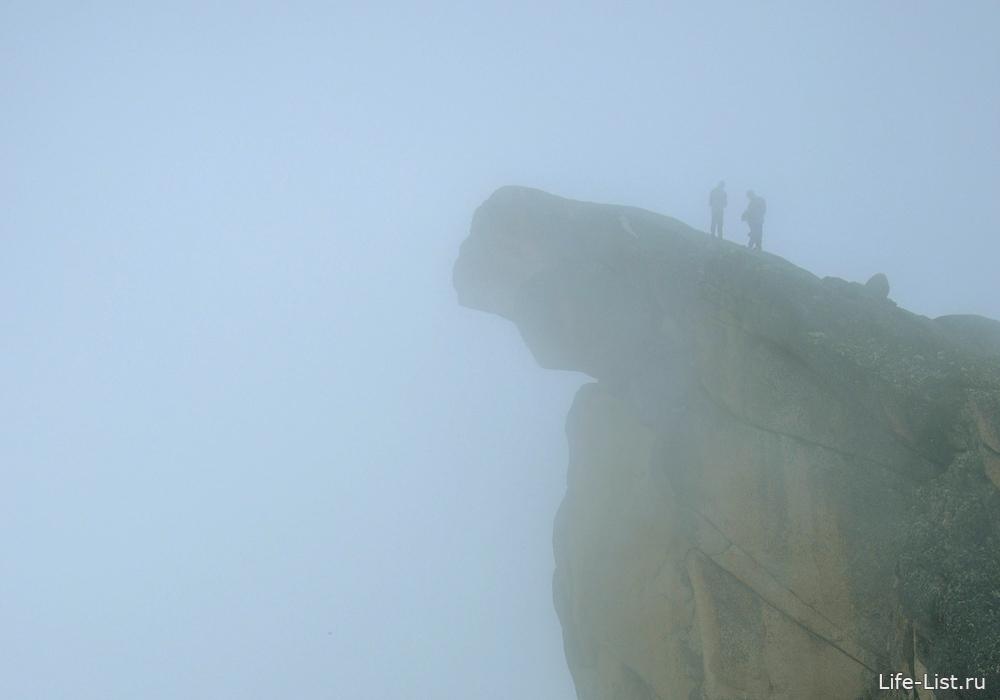 Пик зуб дракона в тумане Ергаки фото