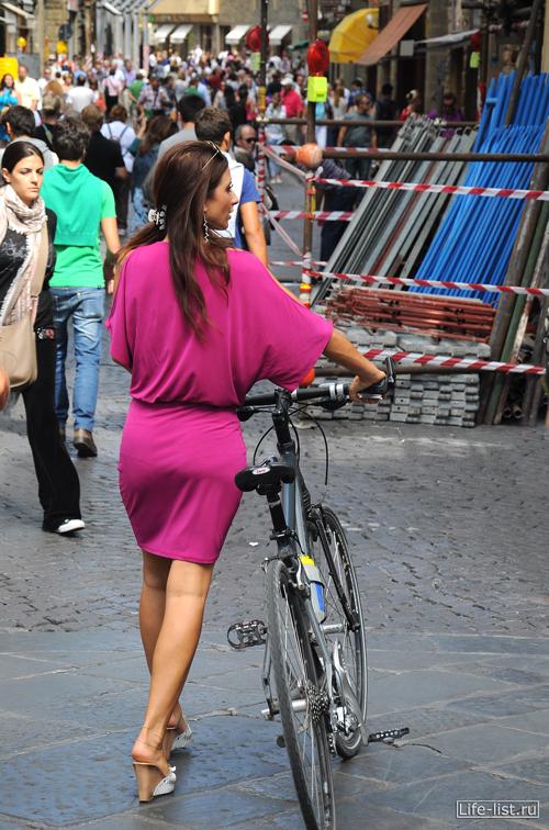 Итальянка с велосипедом во Флоренции фото by Vitaly Karavan