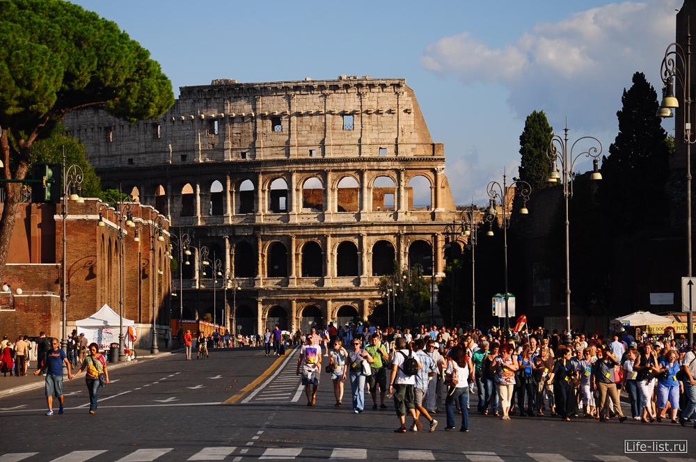 Rome  Рим туристы возле Колизея фото