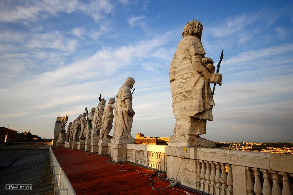Скульптуры на площади Ватикана вид сбоку