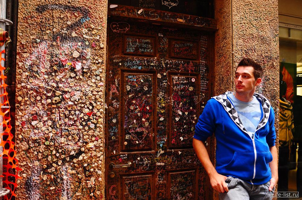 стена в жевачках и надписях рядом с двориком Джульетты в Вероне фото