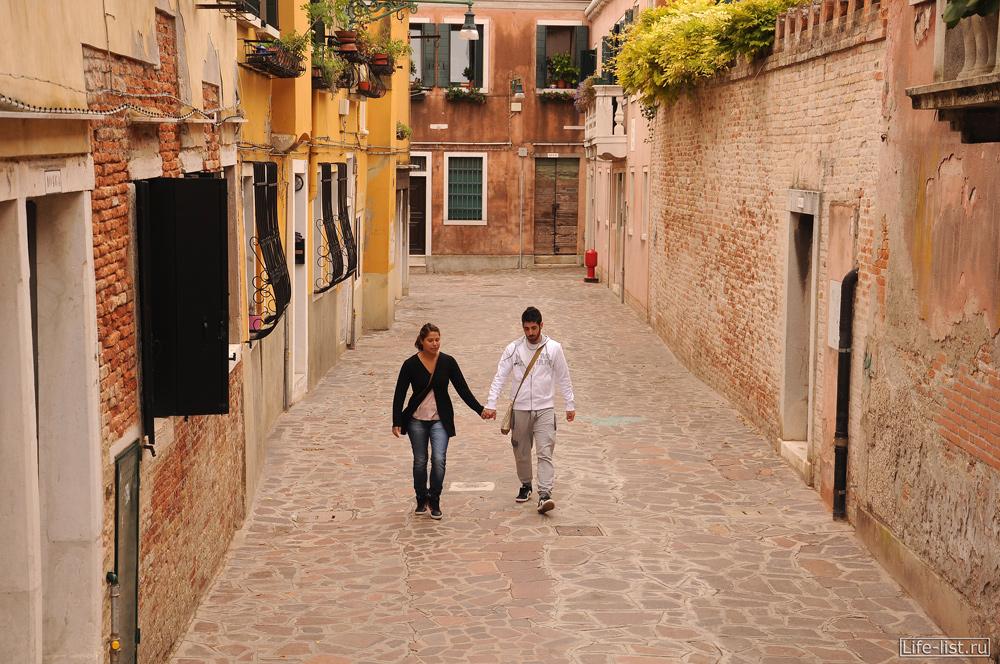 Молодая пара прогуливается по улицам Венеции Италия