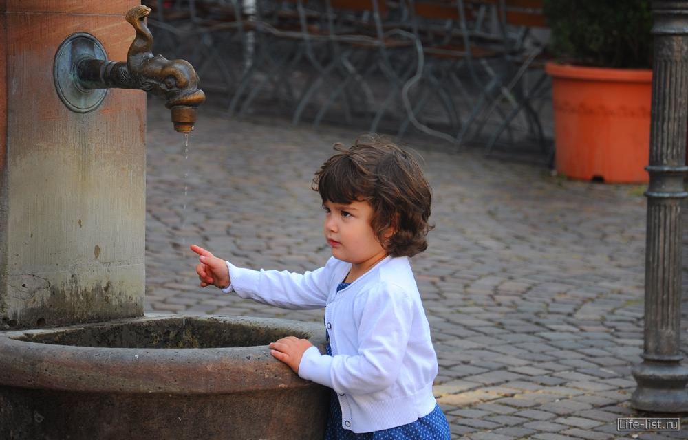 девочка у фонтанчика с водой Франкфурт германия Foto by Karavan