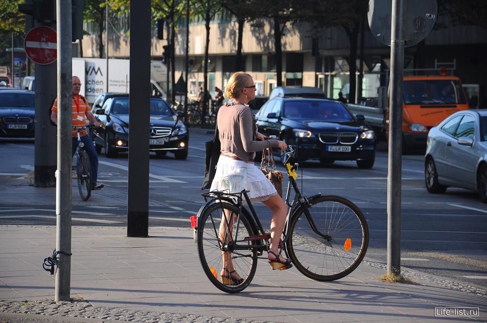 Немка девушки на велосипеде Франкфурт-на-Майне фото by Karavan