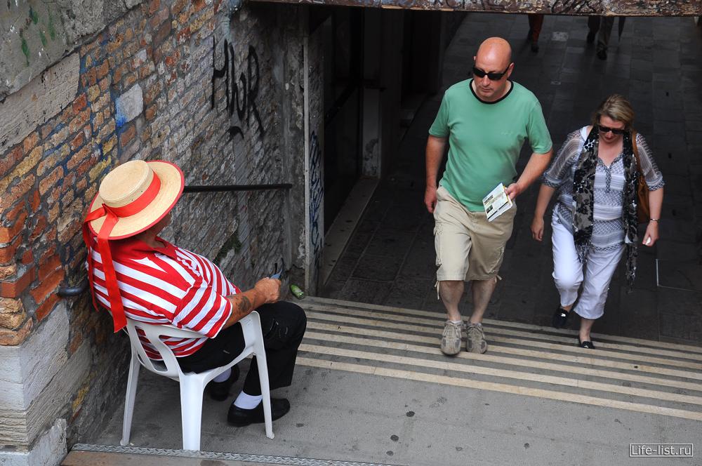 Гондольер призывает туристов прокатиться на лодке фото