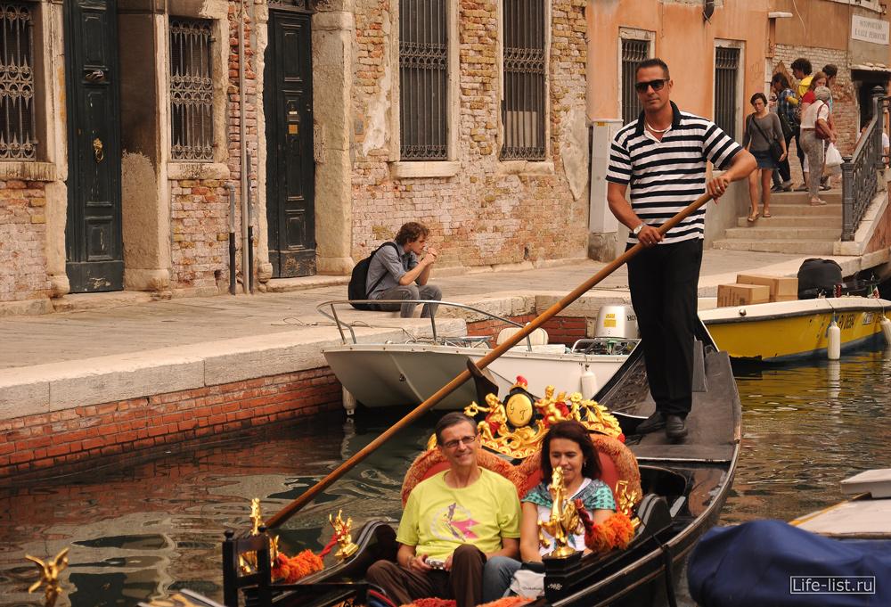 Гондолы в Венеции прогулка по городу Италия фото