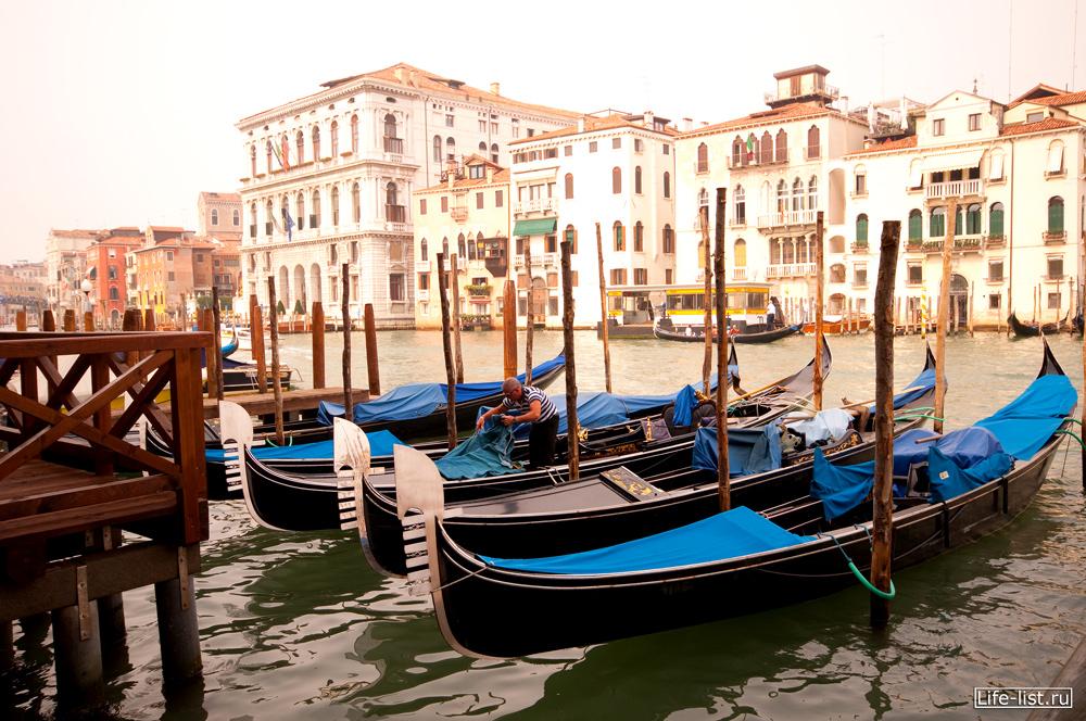 Гондолы на причале Венеция фото Виталий Караван