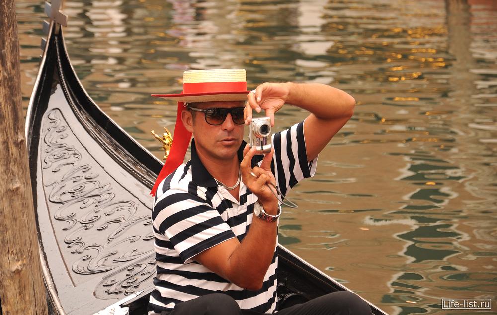 Гондольер фотографирует туристов Проза Венеции фото Виталий Караван
