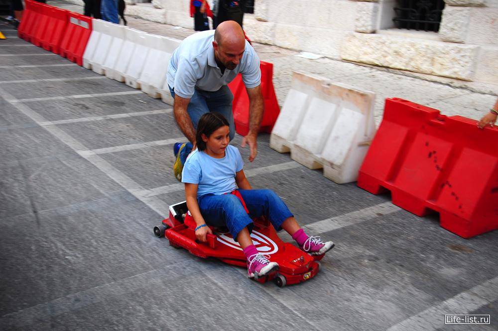 Верона праздник девочка катается на доске с колесиками фото Виталий Караван
