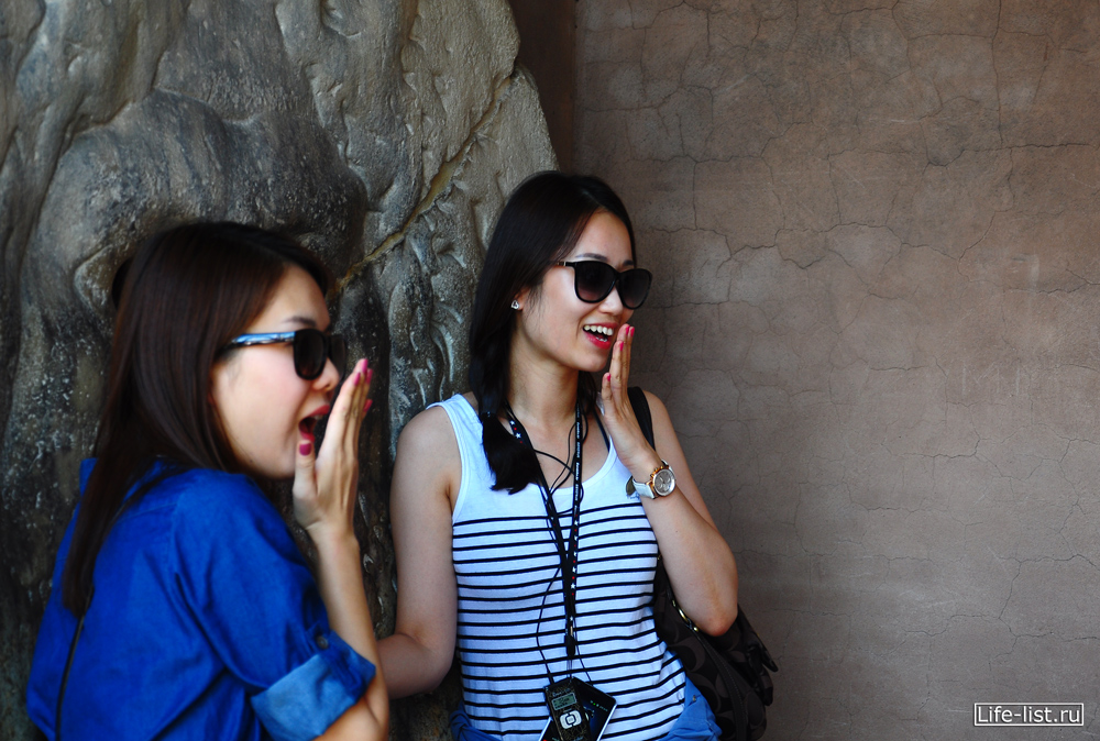 японские туристки и голова уста истины