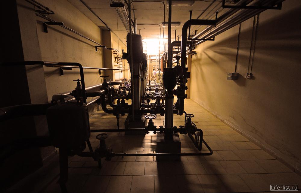 Технический этаж трубы в подвале