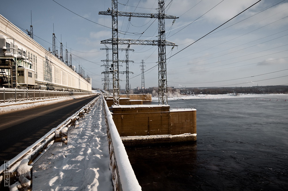 плотина ГЭС на реке кама