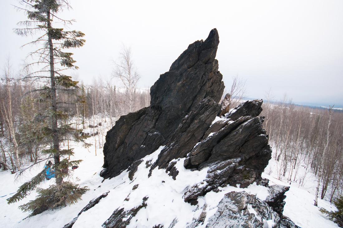 Фото скала черный палец на горе Караульная Первоуральск