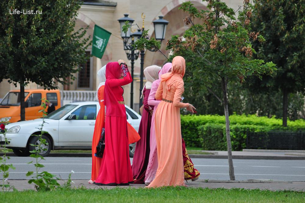 женщины на улице в национальных одеждах Грозный