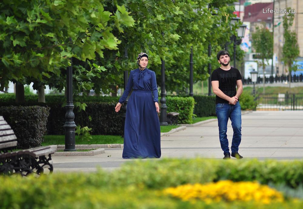 Грозный пара гуляет по центру города