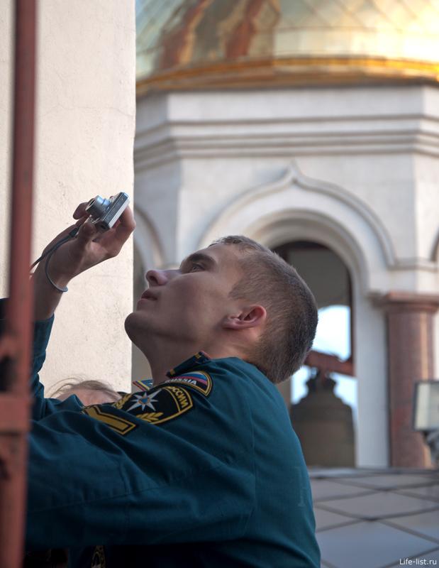 курсант внутри колокольни храма