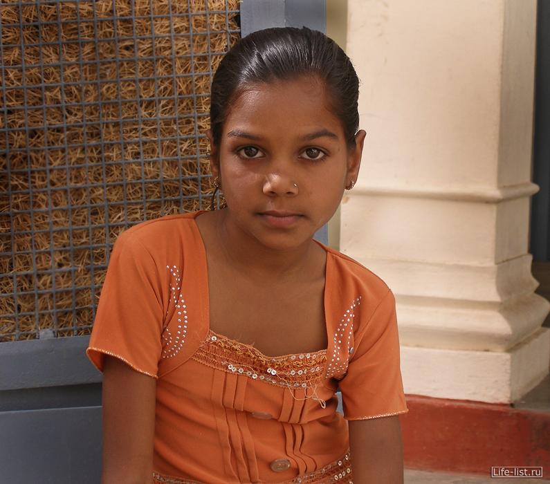 девушка в храме портрет Индия