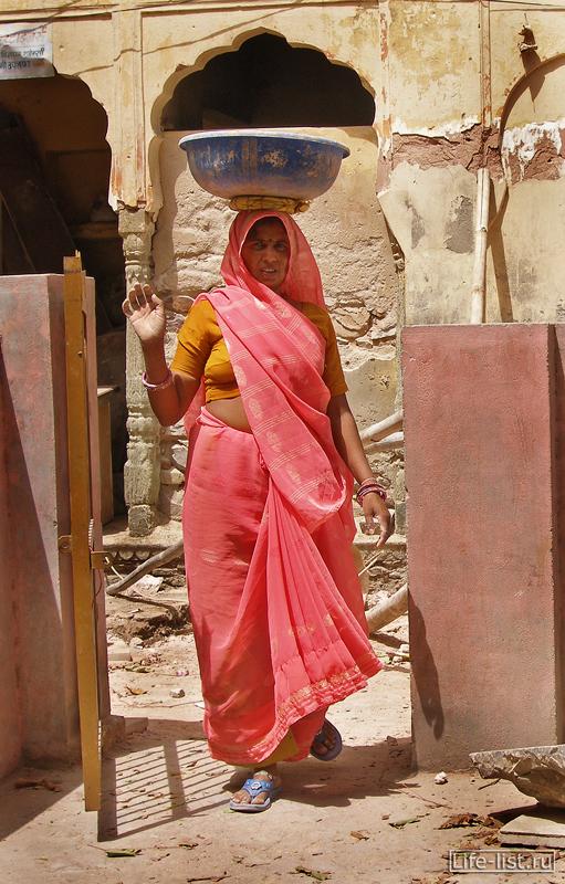 Индийская женщина в храме Джайпур
