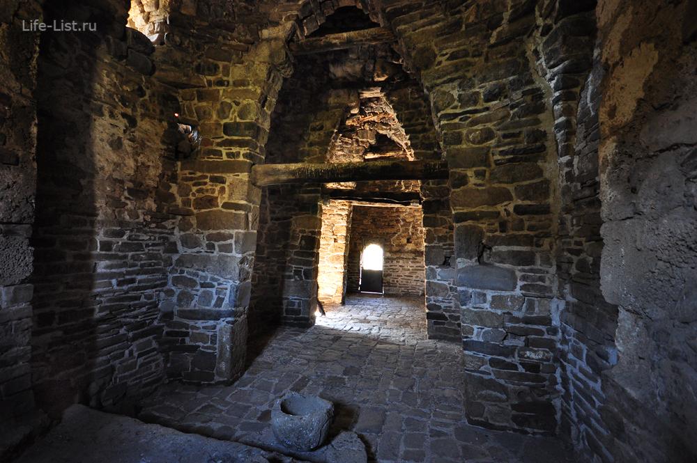 древняя христианская церковь в Ингушетии внутри Тхаба-Ерды