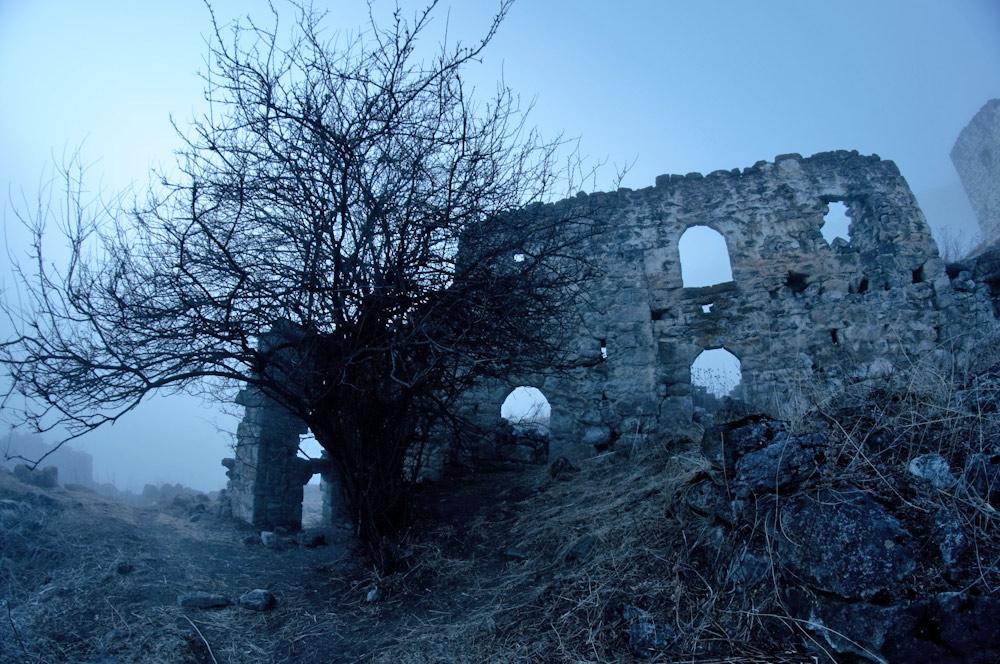 древние постройки ингушей в тумане