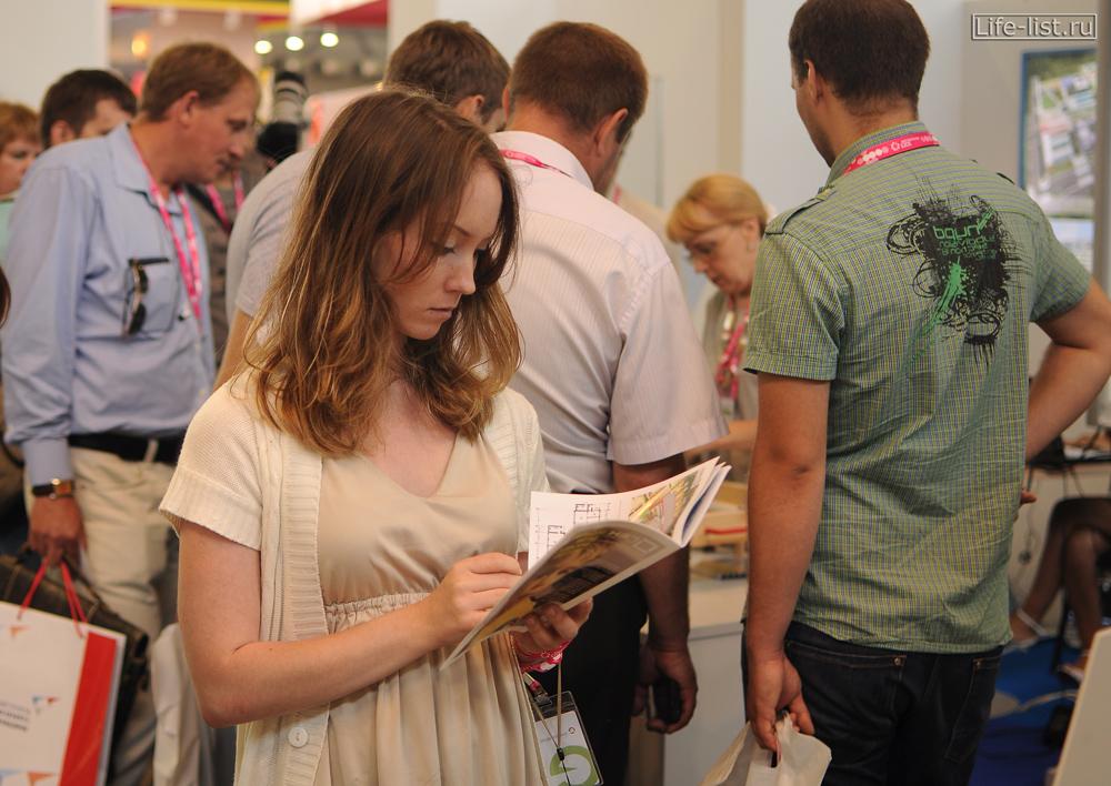 девушка посетитель выставки иннопром на урале