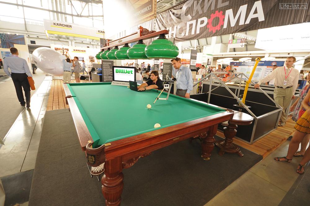 робот играет в бильярд стенд на промышленной выставке иннопром