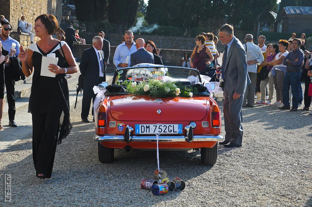 Автомобиль с банками на итальянской свадьбе