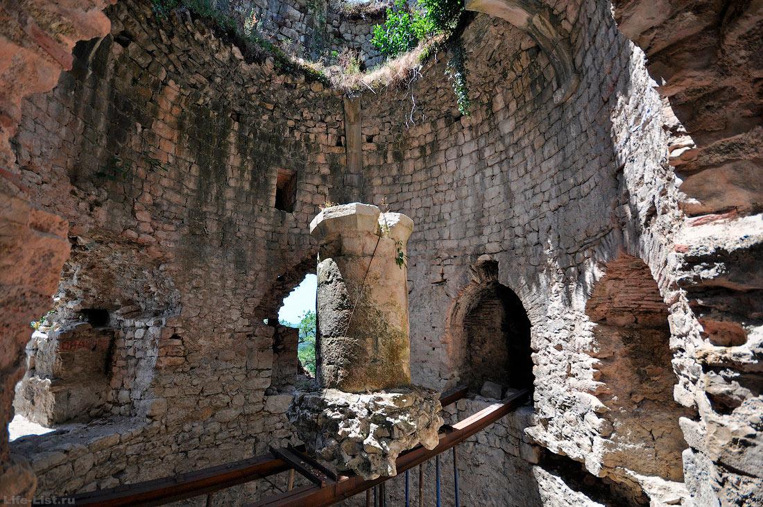 Внутри башня крепостной стены Анакопийская крепость Новый Афон