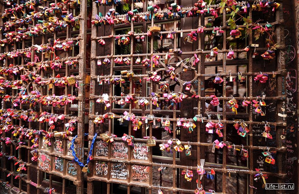 замочки на воротах дворик Джульеты и Ромео в Италии