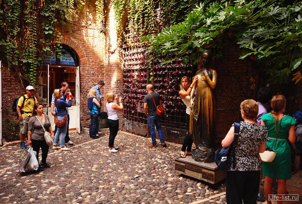 Скульптура Джульетты подержаться за правую грудь Верона
