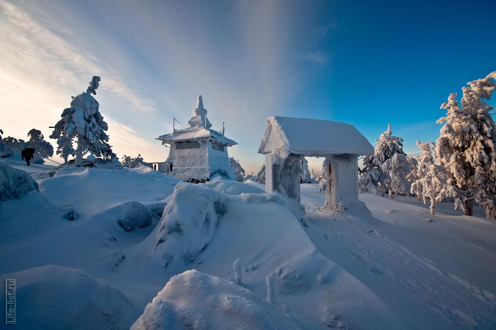 В буддийском монастыре зимой на горе качканар